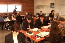 Fachleute, die Wissen und Fertigkeit in allen Aspekten des Managements suchen, schreiben sich in Hubbard-Colleges für Verwaltung für Ausbildungsprogramme ein, die sie in selbst bestimmtem Tempo bewältigen.