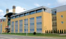 Zwei von über einem Dutzend Hubbard-Colleges für Verwaltung in der ganzen Welt, wo mehr als 175.000 Menschen gelernt haben, L.Ron Hubbards Verwaltungstechnologie anzuwenden.