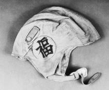 """L.Ron Hubbards Fliegerhelm mit dem japanischen Schriftzeichen für """"Viel Glück""""."""