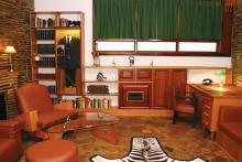 L.Ron Hubbards Arbeitszimmer sowie die Nachschlagebücher, der Zebrateppich, die afrikanischen Kunstgegenstände und die Filmkamera, die er in Südafrika verwendete.